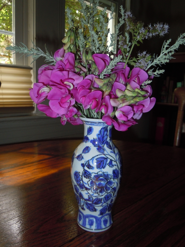 Sweet peas are still blossoming and I took a small bouquet, mixing it with artemesia silver king.